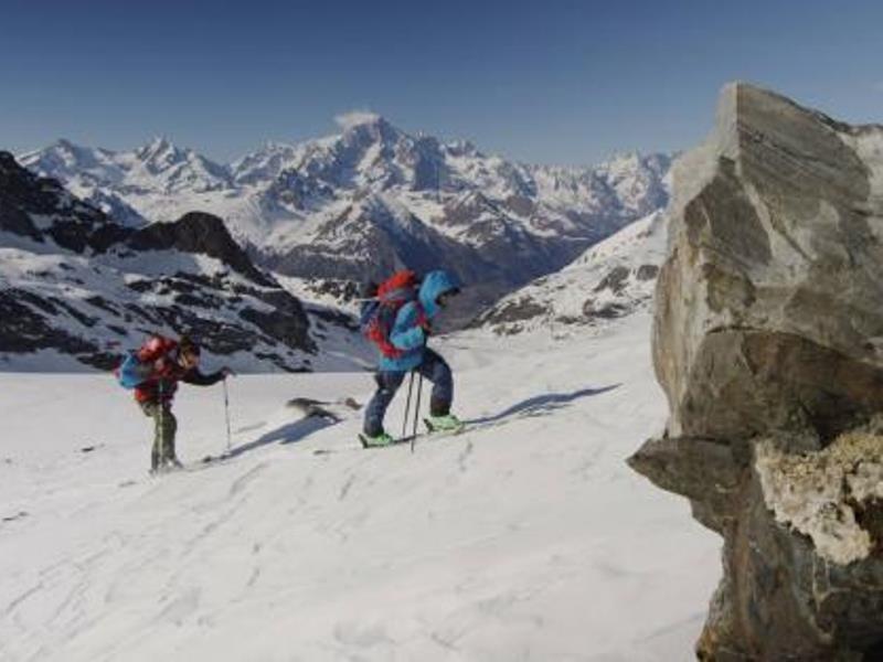 Du Foyer Hotel Brusson : Campo di calcio c o hotel du foyer valle d aosta