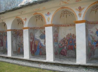 Small chapels with paintings of the Mysteries of Jesus